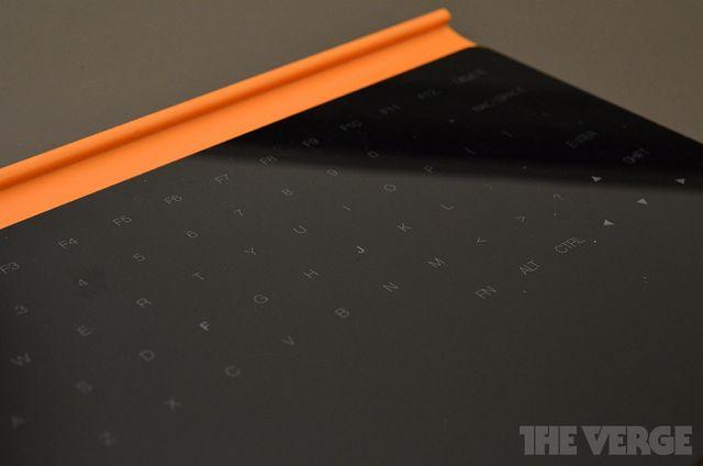 Концепт клавиатуры с пластиковой поверхностью без физических клавиш.
