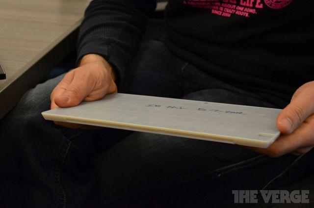 Панос Панай демонстрирует модель Surface, которая была напечатана на 3D-принтере.