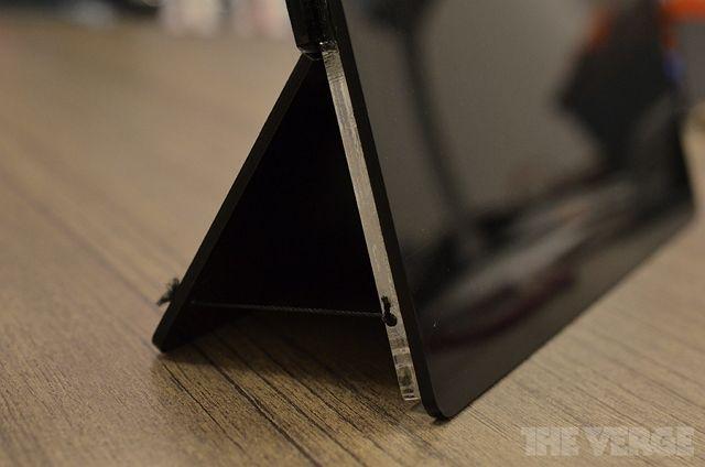 А это первоначальный концепт планшета, выполненный из пластика.